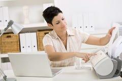 Mulher que usa a máquina de fax Fotografia de Stock