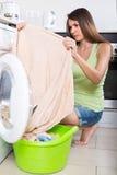 Mulher que usa a máquina de lavar Fotografia de Stock Royalty Free