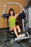 Mulher que usa a máquina do peso Imagem de Stock Royalty Free