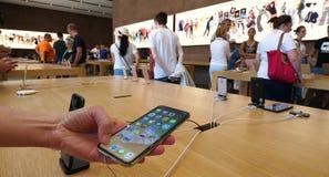 Mulher que usa na loja de Apple o smartphone 10 novo o mais atrasado do iPhone X de Apple video estoque