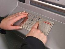 Mulher que usa o ATM Foto de Stock