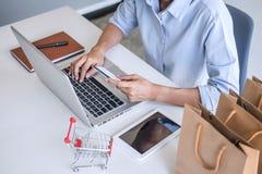 Mulher que usa o código de segurança do registro do cartão de crédito e os pagamentos mercado em linha da conexão de rede da comp foto de stock