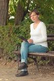 Mulher que usa o computador digital da tabuleta Fotografia de Stock Royalty Free