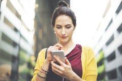 Mulher que usa o conceito em linha dos meios sociais da mobilidade imagem de stock royalty free