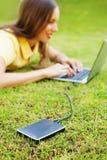 Mulher que usa o disco do disco rígido ao backup seus dados foto de stock