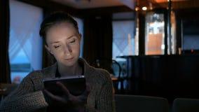 Mulher que usa o dispositivo digital do tablet pc no café video estoque