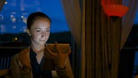Mulher que usa o dispositivo digital do tablet pc no café Foto de Stock Royalty Free