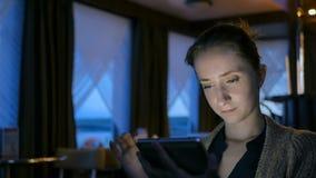 Mulher que usa o dispositivo digital do tablet pc no café Fotos de Stock