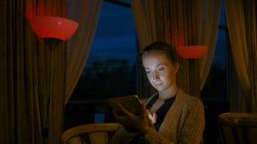Mulher que usa o dispositivo digital do tablet pc no café Imagens de Stock