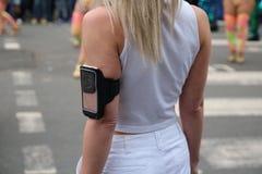Mulher que usa o exercício app em seu smartphone imagens de stock