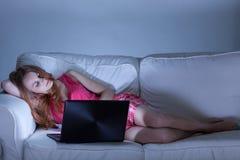 Mulher que usa o facebook fotos de stock royalty free