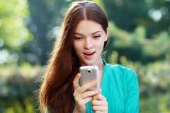 Mulher que usa o móbil Foto de Stock Royalty Free