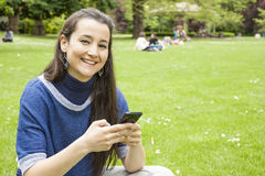 Mulher que usa o móbil Fotos de Stock