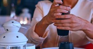 Mulher que usa o papper no restaurante video estoque