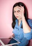 Mulher que usa o PC da tabuleta Imagens de Stock Royalty Free