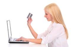 Mulher que usa o portátil Fotos de Stock