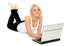 Mulher que usa o portátil Imagens de Stock