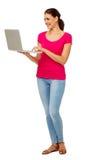 Mulher que usa o portátil contra o fundo branco imagens de stock royalty free