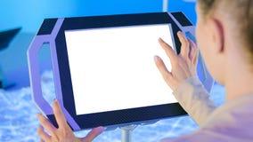 Mulher que usa o quiosque vazio branco interativo da exposi??o do ?cran sens?vel na mostra da fic??o cient?fica fotografia de stock