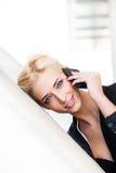 Mulher que usa o retrato da cidade do smartphone Imagens de Stock Royalty Free