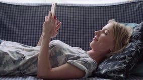 Mulher que usa o smartphone filme