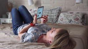 Mulher que usa o smartphone video estoque