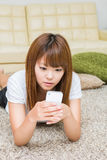 A mulher que usa o smartphone Imagens de Stock