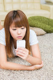 A mulher que usa o smartphone Fotografia de Stock Royalty Free