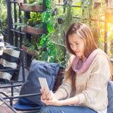 Mulher que usa o smartphone no café Fotos de Stock