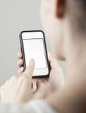 Mulher que usa o telefone celular Imagens de Stock Royalty Free