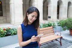 Mulher que usa o telefone esperto Imagens de Stock
