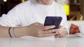 Mulher que usa o telefone móvel video estoque