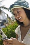 Mulher que usa o telefone móvel Imagens de Stock Royalty Free