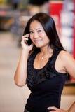 Mulher que usa o telefone móvel foto de stock