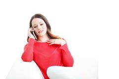 Mulher que usa o telefone móvel Fotografia de Stock