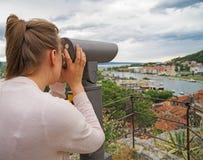 Mulher que usa o telescópio imagem de stock