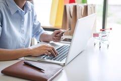 Mulher que usa pagamentos mercado em linha da conexão de rede da compra do código de segurança do registro do cartão de crédito e imagens de stock royalty free