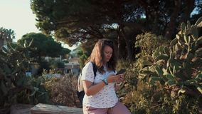 Mulher que usa a pilha exterior no verão vídeos de arquivo