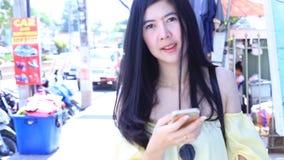 Mulher que usa-se no smartphone video estoque