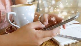 Mulher que usa seu telefone celular cercado pelo efeito branco das bolhas vídeos de arquivo