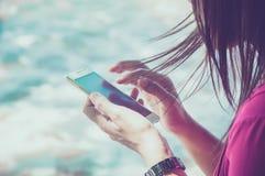 Mulher que usa seu telefone móvel Fotos de Stock