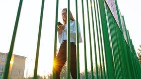 Mulher que usa Smartphone que olha feliz fotografia de stock