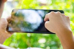 Mulher que usa a tabuleta digital Fotos de Stock Royalty Free