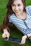 Mulher que usa a tabuleta digital ao ar livre Fotos de Stock Royalty Free