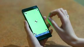 A mulher que usa um close-up esperto da CHAVE do CROMA do écran sensível do telefone, dedos faz os gestos que tocam e que swiping video estoque