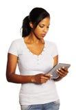 Mulher que usa um PC da tabuleta Imagem de Stock