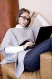 Mulher que usa um portátil Imagens de Stock Royalty Free