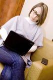 Mulher que usa um portátil Imagem de Stock