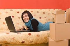 Mulher que usa um portátil Fotos de Stock Royalty Free