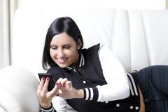 Mulher que usa um telefone Imagens de Stock Royalty Free